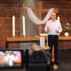Pfarrer Dr. Klaus Neumeier feiert digitale Live-Gottesdienste in Bad Vilbel